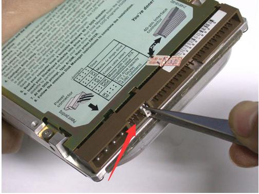 将第一根ide数据线未端插入老硬盘的ide接口,ide数据线中端插入新硬盘的ide接口,如图4所示.